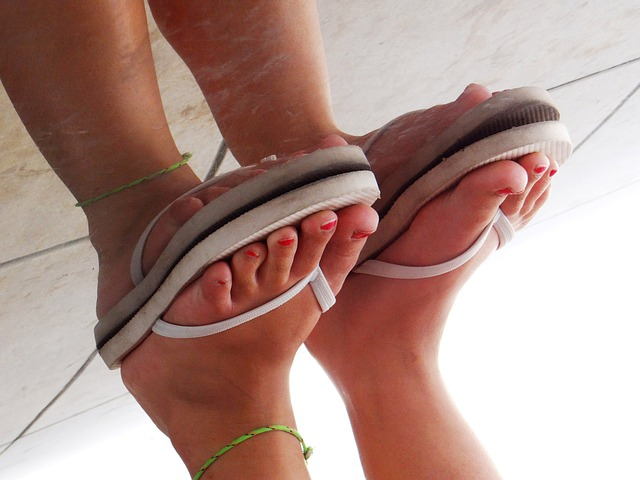 nohy v žabkách