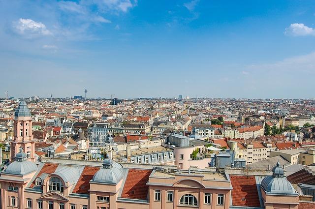 město, modrá obloha, střechy domů