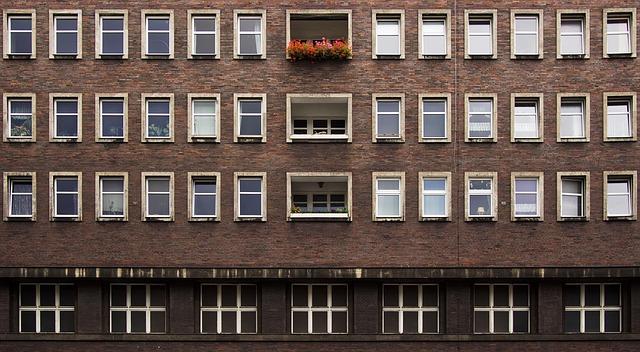 velký dům, bílá okna