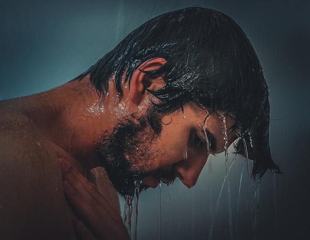 muž pod vodou