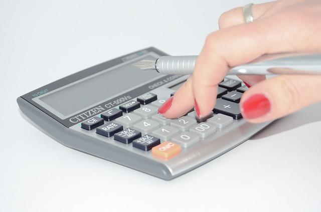 ruka nad kalkulačkou.jpg