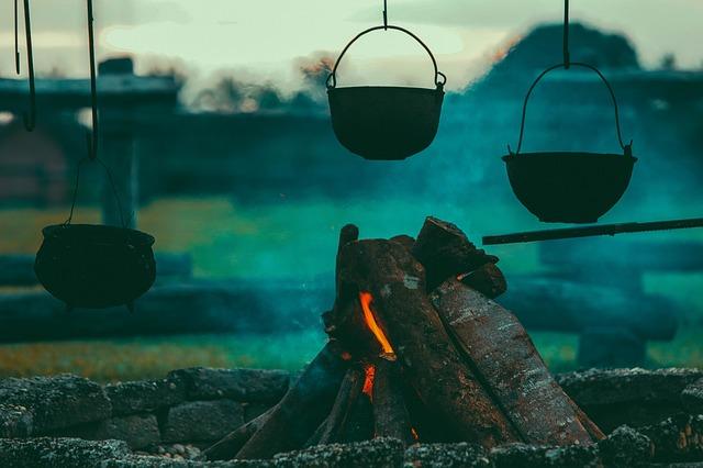 kotlíky na ohništi