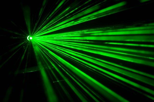 zelený laserový paprsek