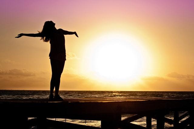 silueta dívky stojící na pláži