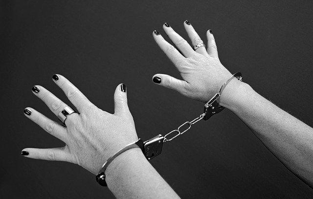 spoutané ženské ruce