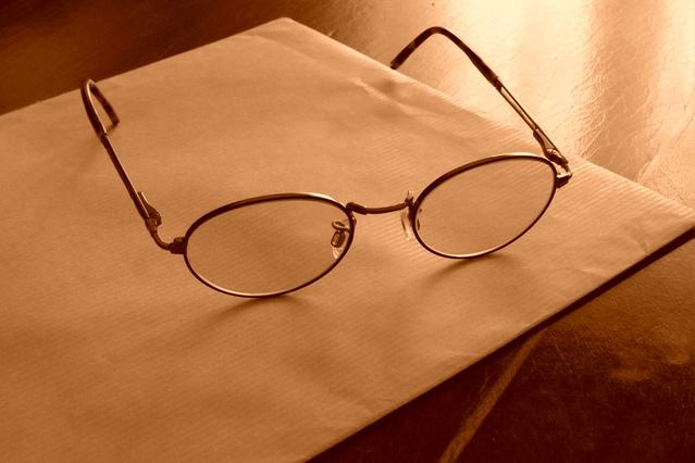 papírová obálka s brýlemi